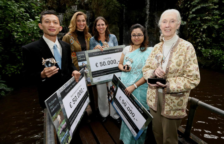ARNHEM – In dierenpark Burgers' Zoo in Arnhem zijn vrijdag de Future for Nature awards uitgereikt aan de drie prijswinnende kandidaten. De prestigieuze natuurprijzen gaan ieder jaar naar drie personen die zich in hun eigen land op een uitzonderlijke wijze hebben bezig gehouden met natuurbescherming in de meest brede zin van het woord. Eregast vrijdag was de bekende natuurbeschermster dr. Jane Goodall. De prijswinnaars komen dit jaar uit Bangladesh (Samia Saif, tweede van rechts), Indonesië (Rudi H. Putra, links) en Kenia (Lucy King, midden). Rechts Jane Goodall. Tweede van links Saba Douglas-Hamilton, voorzitter van het selectiecomité.